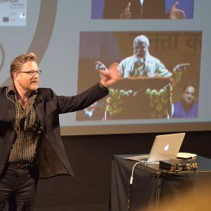 Puheenkirjoittaja ja koulutta luennoi yleisölle