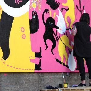 Warehouse-lavan viereiseen seinään syntyi perjantaina kymmenmetrinen taideteos.