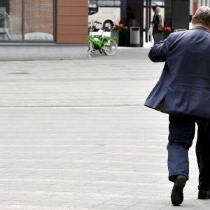 Timo Soini poistumassa perussuomalaisten puoluekokouspaikalta.