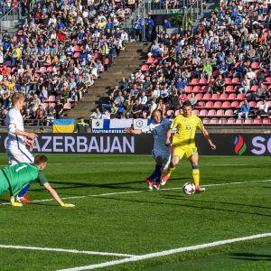 Jevhen Konopljanka iskee Ukrainan 1-0-johtoon Suomea vastaan.