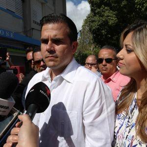 Puerto Ricon kuvernööri Ricardo Rossello seisoo vaimonsa Beatrizin kanssa lehdistön haastattelussa.