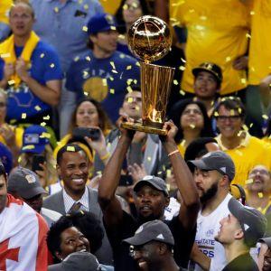 Kevin Durant nostaa mestaruuspystin ilmaan.