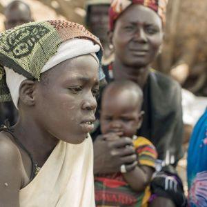 Punaisen ristin avustustarvikkeita pudotettiin Maarin kylään Etelä-Sudaniin maaliskuussa 2017.