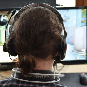 E-urheilija pelaamassa tietokonepeliä.