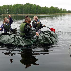 Tyttöjä meloo telttapressun päällä
