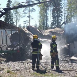 Palokunta sammuttaa Polson lammasteurastamon paloa Toholammilla 15.6.2017.