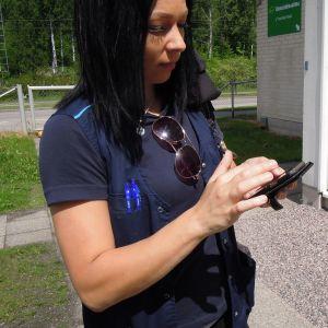 Lähihoitaja Heidi Riikonen pääsee asiakkaidensa luokse puhelimella.