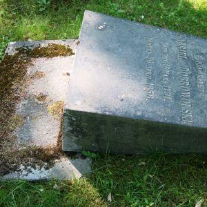 kaadettu hautakivi