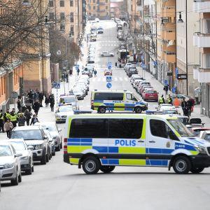 Poliisiautoja Tukholmassa huhtikuisen terrori-iskun jälkeen.