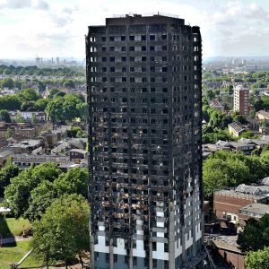 Palanut tornitalo Lontoossa 16. kesäkuuta 2017.