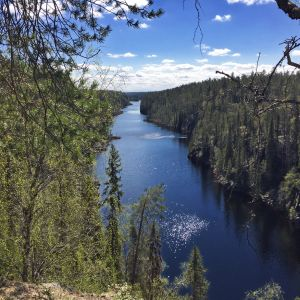 Maisema Hossasta: Julma-Ölkyn kanjonijärvi.