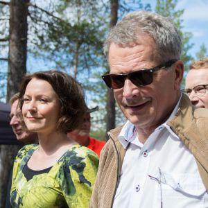 Sauli Niinistö ja Jenni Haukio kävelevät Hossassa.