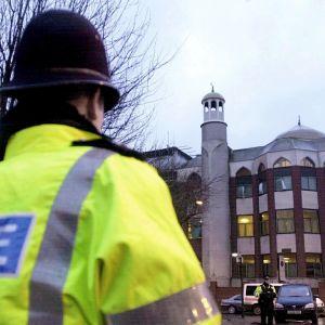 Poliisiviranomaisia Finsbury Parkin moskeijan edustalla 20. tammikuuta 2003.