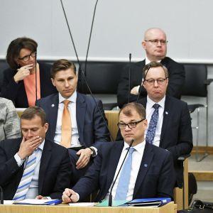 SDP:n eduskuntaryhmän puheenjohtaja Antti Lindtman pitää yhmäpuheenvuoroa eduskunnan täysistunnossa.