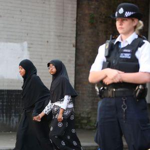 Poliisi partioi Finsbury Parkin moskeijan lähellä Lontoossa maanantaina.