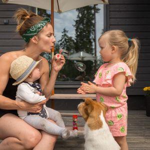 Turkulainen Miia Raikko yhdessä lastensa Ruun ja Remun kanssa