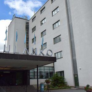 Hämeenlinnan Aulangolla sijaitsevan hotellin julkisivu