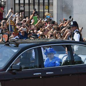 Kuningatar Elisabet poikansa Charlesin kanssa lähdössä parlamentista keskiviikkona.