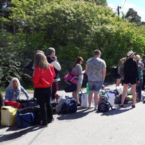Festivaalikävijät jonottavat Raumanmeren juhannuksen portilla.