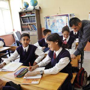 Koululaisia oppitunnilla Saribelenissä, Etelä-Turkissa.