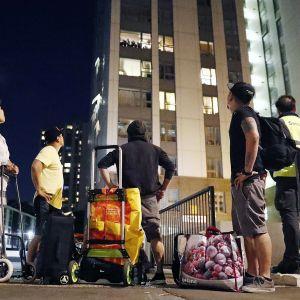 Asukkaiden evakuointi jatkui myöhään Chalcots Estate -tornirakennuksista Camdenissa, Lontoossa 23. kesäkuuta 2017.