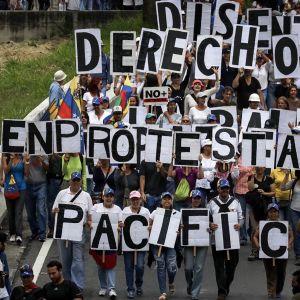 Venezuelassa tuhansia ihmisiä osallistui mielenilmauksiin Caracasissa.
