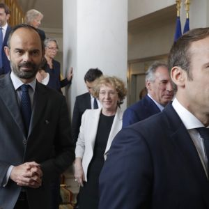 Ranskan presidentti Emmanuel Macron etualalla ja hänen takanaan pääministeri Edouard Philippe hallituksen yhteiskuvan jälkeen Elysee-palatsissa 18. toukokuuta 2017 Pariisissa.