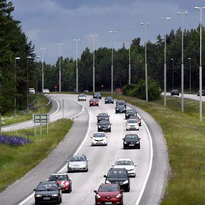 Juhannuksen paluuliikennettä 4-tiellä Vantaalla sunnuntaina  25. kesäkuuta.