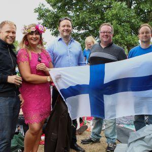 Inka Karppinen, Pekka Valo ja heidän ystävänsä pitelevät Suomen lippua Hyde Parkissa.