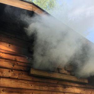 Saunasta tulee savua.