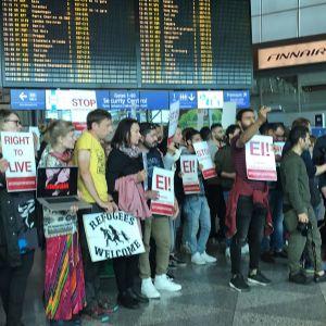 Mielenosoitus Helsinki-Vantaan lentokentällä 24-vuotiaan irakilaistytön pakkopalautusta vastaan 26. kesäkuuta.