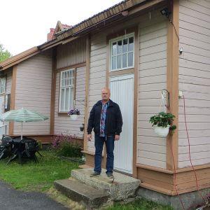 Markku Seppälä kerhorakennuksen portailla.