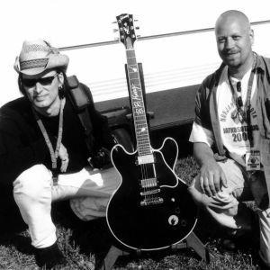Esa Kuloniemi ja Mika Sikström pääsivät kimppakuvaan legendaarisen Lucille-kitaran kanssa Puistobluesin backstagella vuonna 2000.