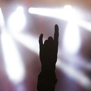 Käsi heavytervehdyksessä eli niin sanotussa Pirunsarvi-käsimerkissä, jossa pikkusormi ja etusormi on nostettu ylös.