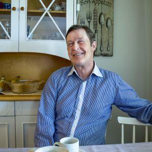 Ilkka Jyrinki istuu kotinsa keittiössä