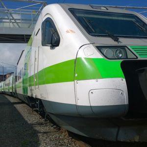 Pendolino ja IC2-juna Turun ratapihan varikolla.