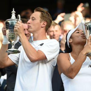 Henri Kontinen ja Heather Watson vuosi sitten Wimbledonin turnauksessa voittopokaalien kera.