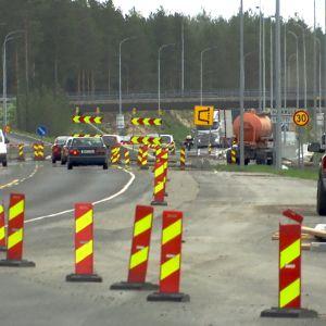 Tietyökohteissa joudutaan turvautumaan joskus monimutkaisiinkin liikennejärjestelyihin.
