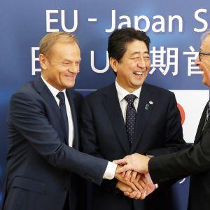 Euroopan neuvoston puheenjohtaja Donald Tusk, Euroopan komission puheenjohtaja Jean-Claude Juncker ja Japanin pääministeri Shinzo Abe neuvottelivat EU:n ja Japanin välisestä kauppasopimuksesta Brysselissä