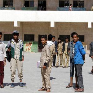 Jemeniläiset koululaiset joutuivat jättämään koulupäivän kesken opettajapulan takia julkisessa koulussa pääkaupungissa Sanaassa huhtikuussa.