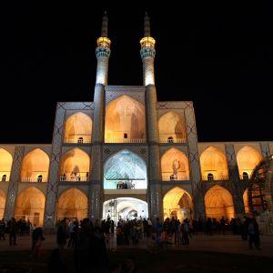 Valaistu moskeija Iranissa.