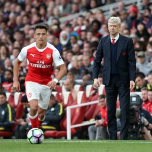 Alexis Sanchez ja Arsene Wenger.