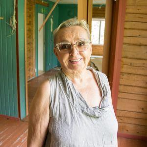 Kirjailija Raija Oranen ensimmäisessä lapsuudenkodissaan Hietaniemellä Hyrynsalmella.