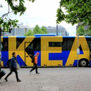 Ikea-bussi kuvattuna Helsingin keskustassa.