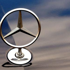 Mercedes Benzin merkki auton konepellissä.