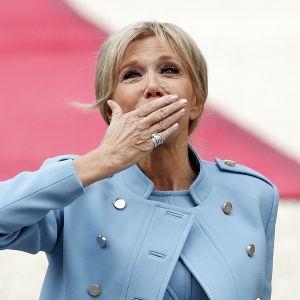 Brigitte Trogneux heittää lentosuukon saapuessaan Elysée-palatsiin miehensä virkaanastujaisiin.