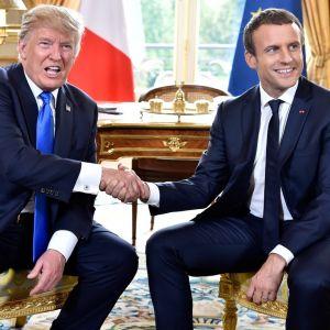 Yhdysvaltain presidentti Donald Trump ja Ranskan presidentti Emmanuel Macron kättelevät toisiaan Elysee-palatsissa.