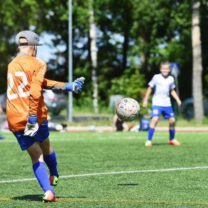 Nuoret pelaavat jalkapalloa Helsinki Cupissa Lauttasaaressa Helsingissä 10. heinäkuuta 2017.
