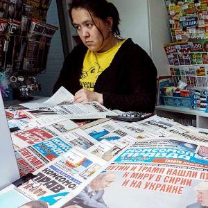 Lehtiä myynnissä lehtikioskilla Moskovassa.