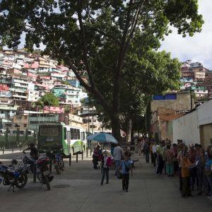 Äänestäjiä jonottamassa Caracasissa Venezuelassa 16. heinäkuuta 2017.